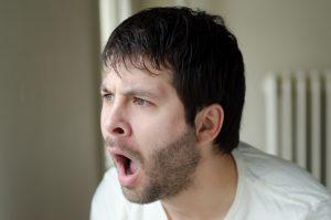 大声で叫んでいる髭を伸ばした男性