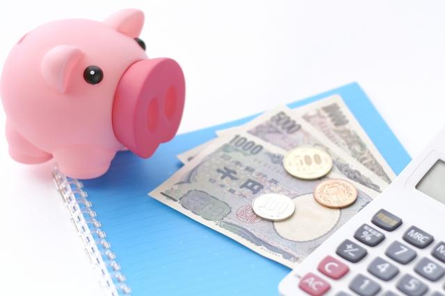 豚の貯金箱と現金と計算機