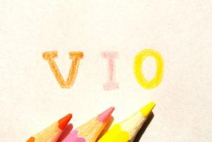 色鉛筆で書かれたカラフルなVIOの文字