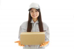 荷物を配達する女性