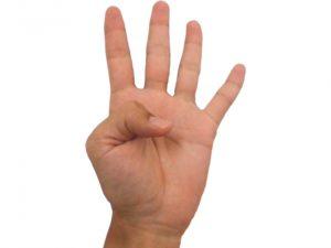 4本の指を立てて4つを表す男性の手