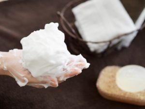 モコモコに泡立てた石鹸の泡と女性の手