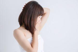 脇毛を気にする女性