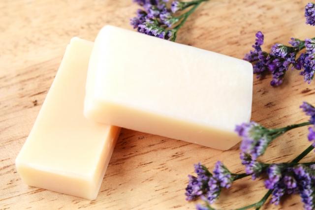 固形石鹸とラベンダー