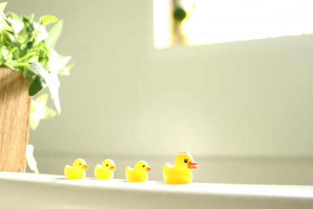 お風呂場にある黄色い4匹の親子のアヒル