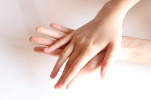 ムダ毛のない綺麗な女性の手