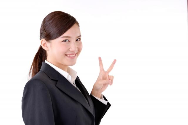 喜ぶスーツ姿の女性