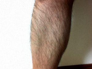 剛毛な男性の足