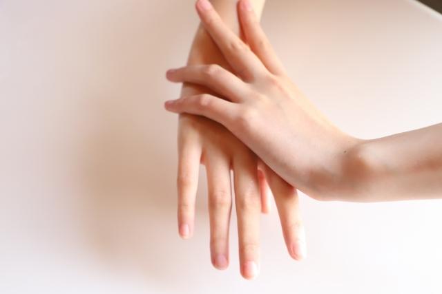 毛の生えていない綺麗な女性の手