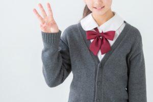 指で3を示す女子生徒
