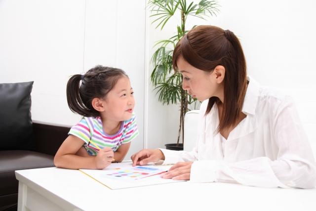子供の勉強を見てあげる親