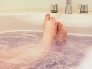 入浴中の女性の足