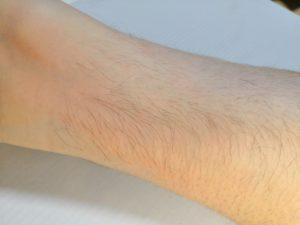 右足首周辺の剛毛な男性
