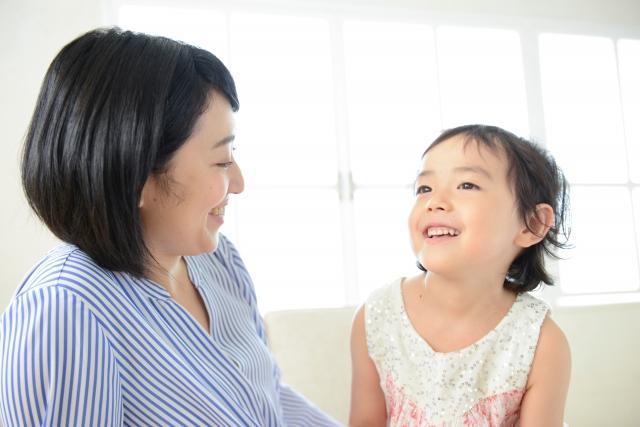 笑顔の母親と笑う幼い女の子