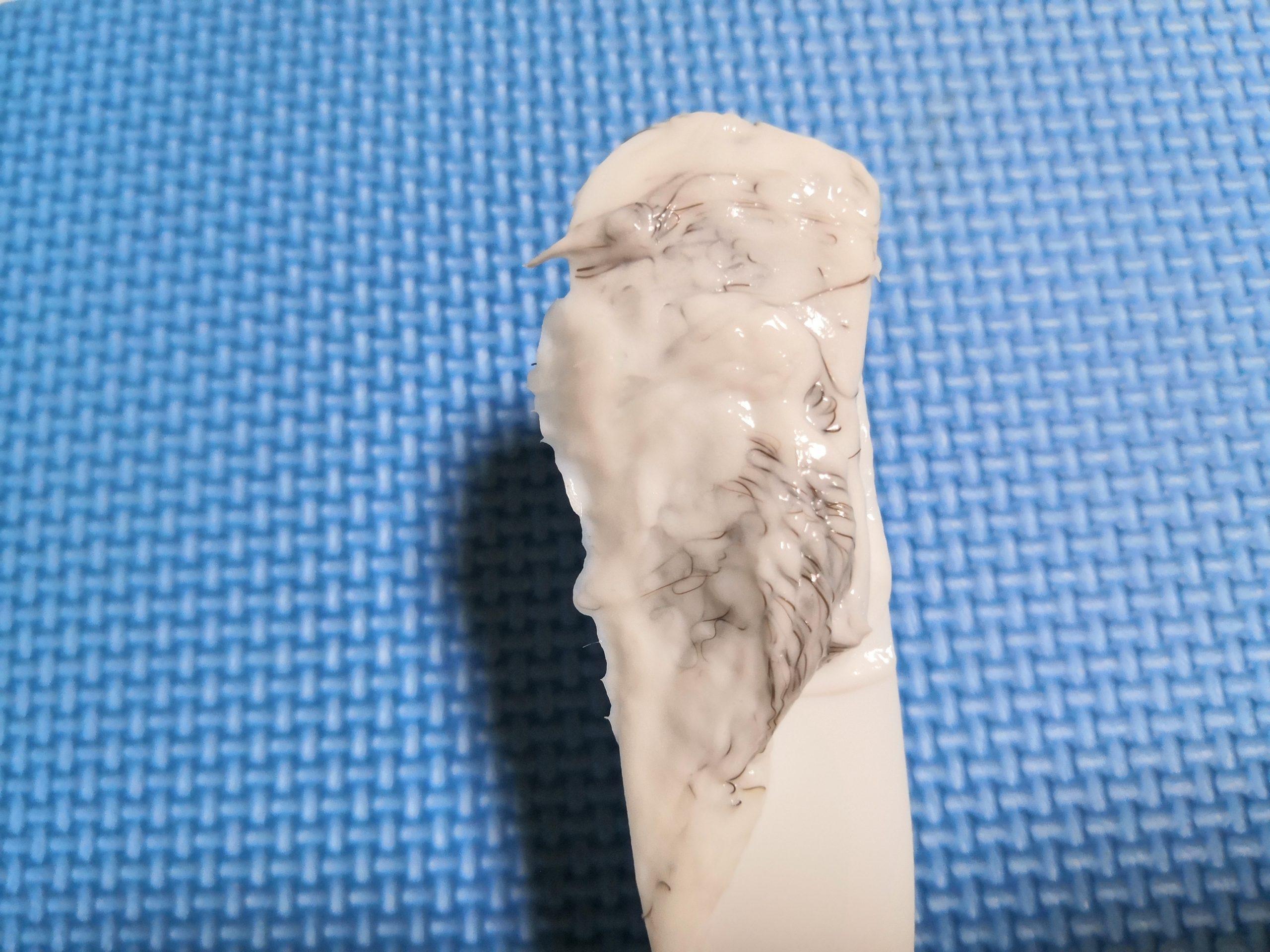ミュゼ除毛クリームで脇毛を処理した後にスパチュラでクリームをすくい取った様子